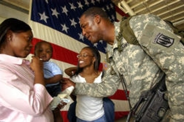 Tears, hugs greet GIs returning from Iraq