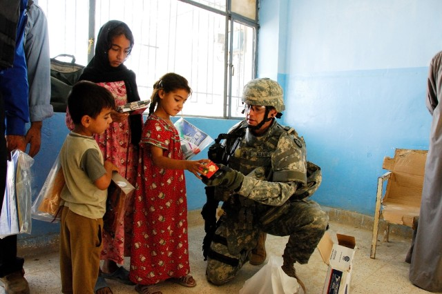 MND-B Soldiers distribute school supplies to Iraqi children