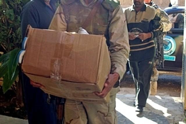 Iraqi Shiite national police help displaced Sunni Muslims