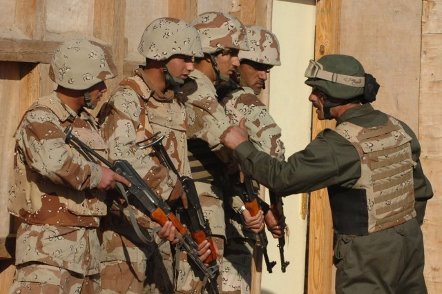 Iraqi troops train with the help of MiTTs
