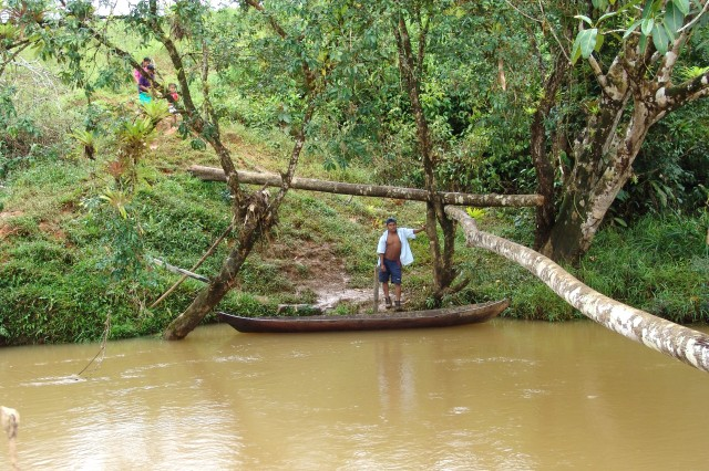 """A man and his family beside a river in Cocle seek assistance."""""""