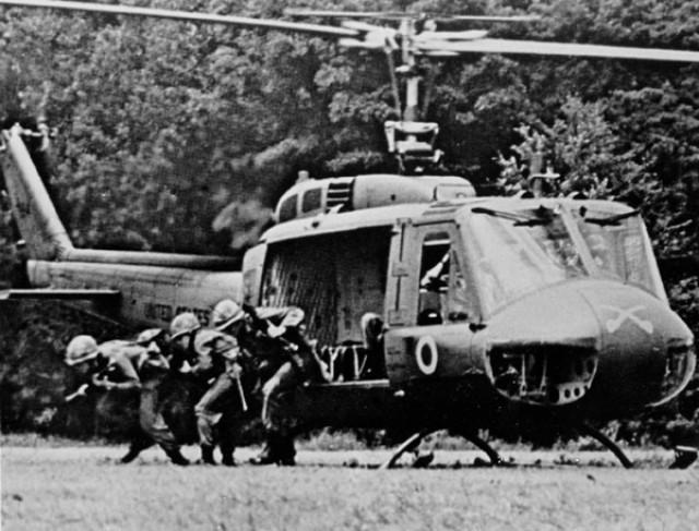 UH-1 Troop Disembarkment
