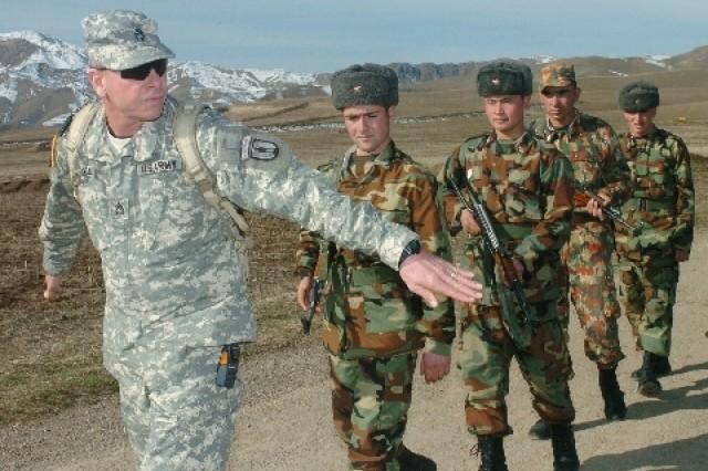 Tajik NCOs Learning New Responsibilities During U.S.-led Exchange