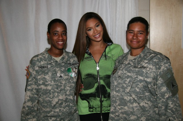 Sgt. Tiffany Thomas and Pvt. Pavlarr Curnutt of Fort Carson were greeted by pop/R&B singer BeyoncAfA Knowles before her concert performance on 22 August at Denver's Pepsi Center.