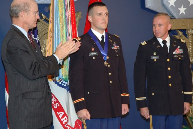 Soldier Receives Distiinguished Service Cross
