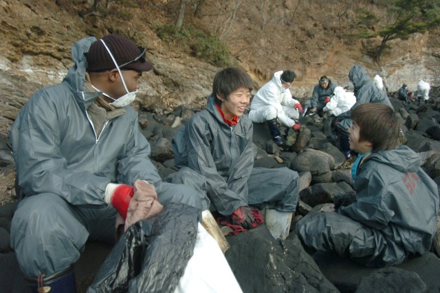 Soldiers help clean up Korean Oil Spill