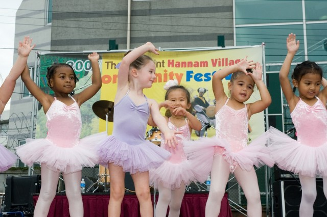 Youth center girls give a ballet performance at the 2007 Hannam Village Festival. The event drew nearly 1,000 people anxious to celebrate autumn and relax for a day.
