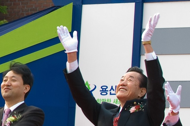Yongsan Ward Mayor Park Jang-gyu and other city officials release doves during an April 25 ground breaking ceremony for the ward's new administrative complex.