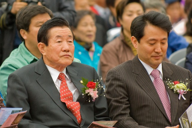 Yongsan-gu Mayor Park Jang-gyu (left) and Seoul Mayor Oh Sae-hoon attend the April 25 ground-breaking ceremony for the ward's new administrative complex.
