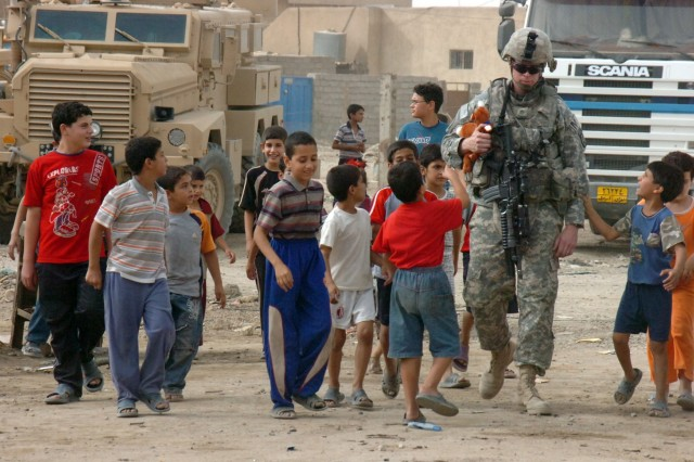 MP Soldiers Build Rapport With Iraqi Citizens