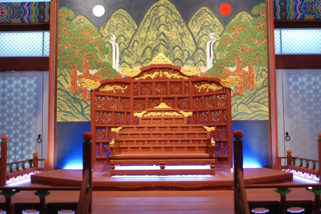 Ilwoloyakbyung, the picturesque screen at the back of the King's seat during  the Joseon Dynasty, is displayed at the National Museum of Korea.