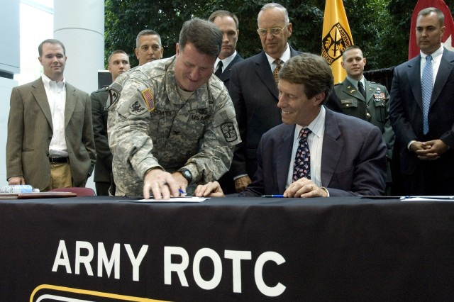 COL James P. Coates, Commander 9th Brigade, and W. Bruce Johnson, Sears Holdings' interim chief executive officer and president, sign a Statement of Support at the Sears Holding Corporation's headquarters in Hoffmann Estates, IL, June 25, 2008.