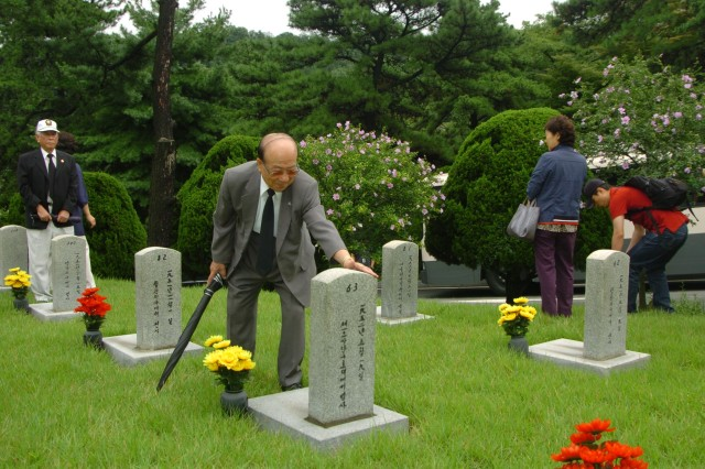 Korean Service Corps Pays Tribute to Fallen Comrades