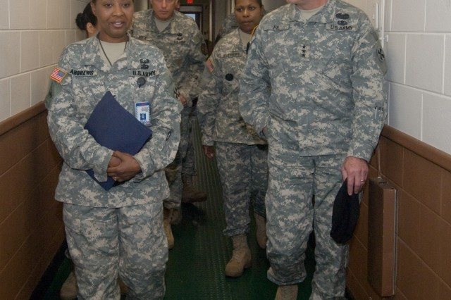 8th USA Commander tours Yongsan Readiness Center barracks