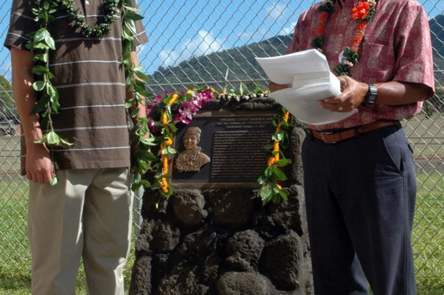 Alexander L. Laderia prepares to recieve the 2008 Nainoa Hoe Scholarship of Honor in front of the 1st Lt. Nainoa K. Hoe Battle Command Training Center Aug. 28. Allen K. Hoe, father of Nainoa Hoe, speaks to the crowd of guests as he names Laderia this year's recipient.