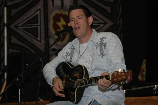 Country star entertains at Tropics