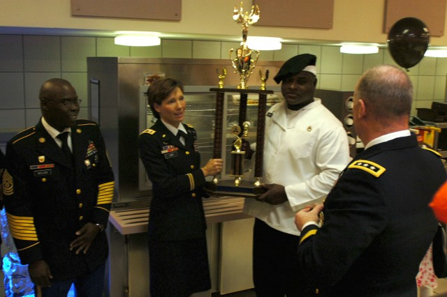 Lt. Col. Paula Lodi, commander, Special Troops Battalion, 15th Sustainment Brigade, 13th Sustainment Command (Expeditionary), and Sgt. 1st Class Lucio Norris, Freeman Café dining facility manager, accept the 2008 Thanksgiving dining facility competition 1st Place trophy from Lt. Gen. Rick Lynch, commanding general, III Corps and Fort Hood, Nov. 27.