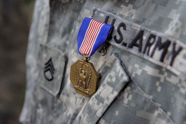 The Soldier\'s Medal. (Photo by MC2 Roland A. Franklin, JSOTF-P)