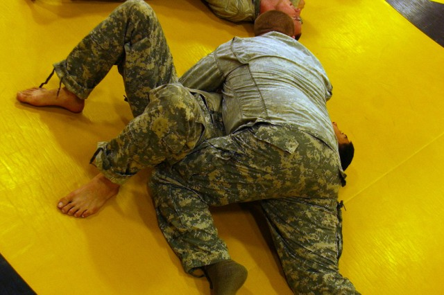 """Members of the Army Reserve's 100th Army Band practice level one combative training during a recent battle assembly at Fort Knox, Ky. The 100th Army Band is assigned to the 81st Regional Support Command, based out of Fort Jackson, S.C."""""""