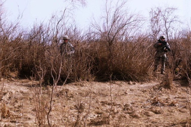 U.S. Soldiers, assigned to the 5th Battalion, 82nd Field Artillery Regiment, 4th Brigade Combat Team, 1st Cavalry Division, executes an area sweep during 'Operation Long Island.' The operation was a joint patrol conducted with Iraqi Army