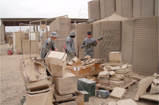 Ammo LARs serve as advisors here, instructing two Soldiers in Iraq about the correct security requirements and inspection points for the AT-4.
