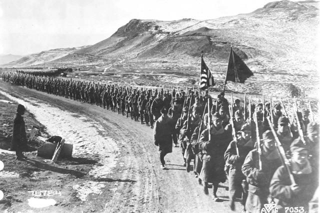 Бравые воины с флагами подняли высоко (Gallant Soldiers with Flags Raised High). Men of the 31st Infantry Regiment in the field near Vladivostok. (World War I Signal Corps Photograph Collection).