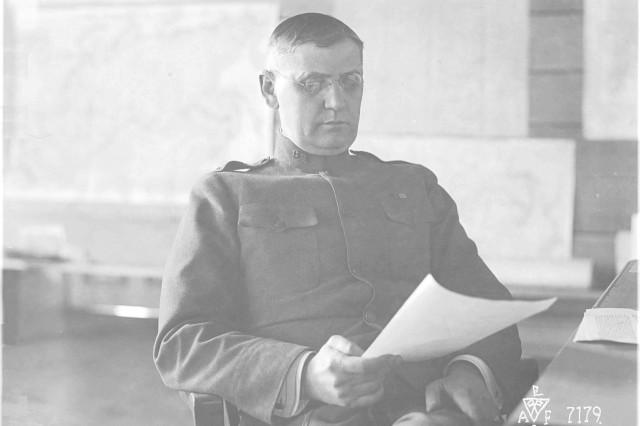 Полярные медведи командующее Дженерал (The Polar Bears Commanding General).  Major General William S. Graves at his headquarters in Vladivostok. (World War I Signal Corps Photograph Collection).