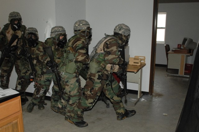 Explosive ordnance teams help train chemical officers