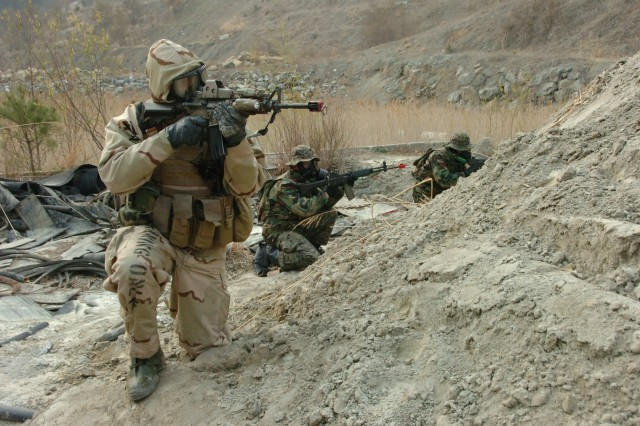 Soldiers of 1st Special Forces Group (Airborne) and the Republic of Korea 11th Special Forces Brigade, provide security for their fellow members during training near Gwangyang, South Korea, April 1, 2009.  The two forces trained together during the annual springtime exercises Key Resolve and Foal Eagle.