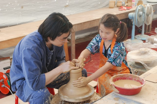 A young tourist makes a ceramic pot May 13 during the 2009 Gyeonggi  Province Ceramic Expedition in Gwangju.