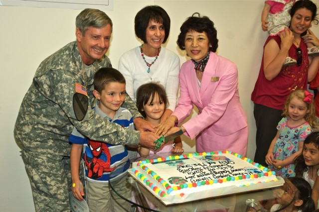 United States Forces Korea Commander Gen. Walter L. Sharp and Joanne Sharp (center) join Yongsan Library Director Esther Kim and more than 300 children at the 2009 Summer Reading Program cake-cutting ceremony June 23. The Summer Reading Program will continue until July 28.