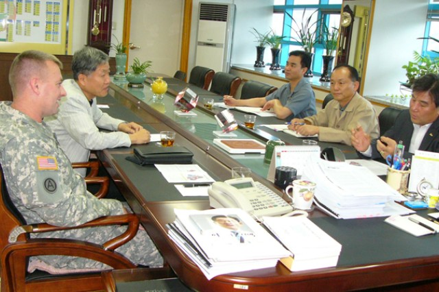 Casey commander meets Dongducheon Mayor to get aquainted and discuss future plans in Casey - Hovey enclave