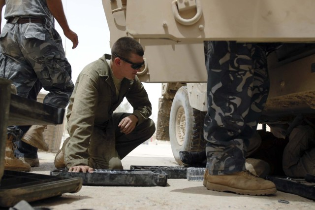 Lynnwood Soldier trains Iraqi Police on humvee maintenance
