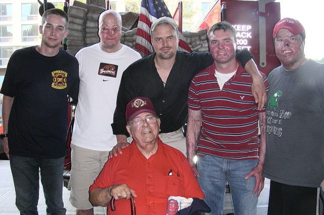 Bataan survivor with Marines from BAMC at World Burn Congress