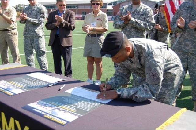 Battalion CDR. LT. Col. Stephen Lockridge signs the Kutztown Covenant.
