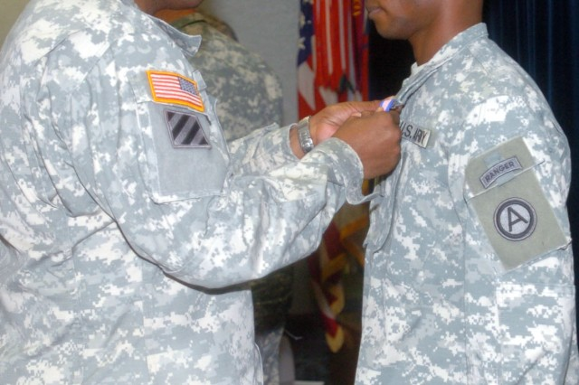 FORT MCPHERSON, Ga. (Dec. 7, 2009) - Third Army/U.S. Army Central Chief of Staff Brig. Gen. Stephen M. Twitty, awards Staff Sgt. Christopher Bolden, Third Army/U.S. Army Central Digital Army Liaison Team assistant operations noncommissioned officer, with the Soldiers Medal at Ft. McPherson, Ga. Dec. 7. The Soldiers Medal is the highest award for valor during peacetime.