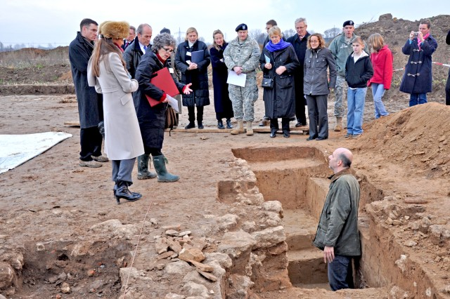 Claus Bergmann, excavation project leader, describes the buildings and other remnants of Roman life from the 2nd and 3rd centuries discovered in the new Wiesbaden military housing building site.