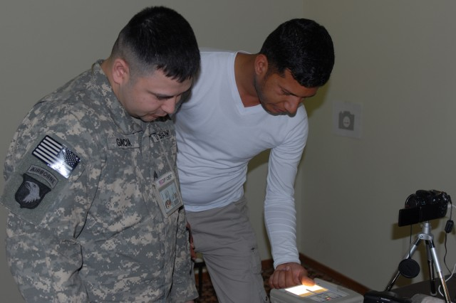 U.S. military credentials Iraqi media, aids reporting