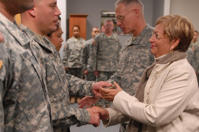 Senator presents Freedom Awards to Soldiers