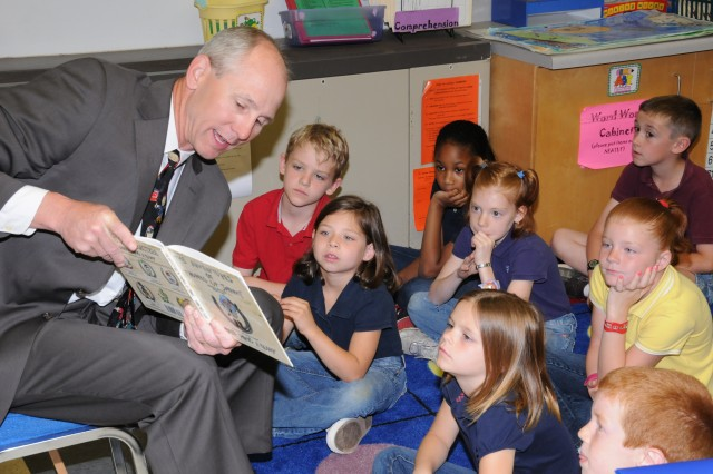 Picerne, Fort Rucker command group read to students