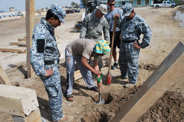 U.S. Soldiers, Iraqi Federal Police Build Obstacle Course