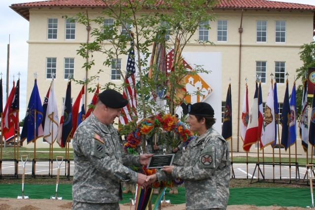 Col. Maria R. Gervais (right), commander USAEC, presents Lt. Gen. Lynch (left), commander IMCOM, with a commemorative plaque dedicating a crepe myrtle in celebration of IMCOM's groundbreaking.