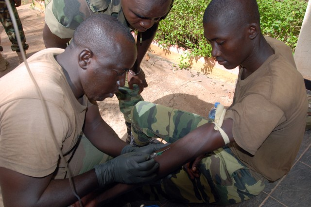 BAMAKO, Mali - Malian Special Forces soldiers learn battlefield medical treatment from a U.S. Special Forces (SOF) medic during a military training engagement May 11, 2010 in Bamako, Mali as part of Exercise Flintlock 10. The SOF exercise is focused on military interoperability and capacity-building and is part of a U.S. Africa Command (AFRICOM)-sponsored annual exercise program with partner nations in northern and western Africa.