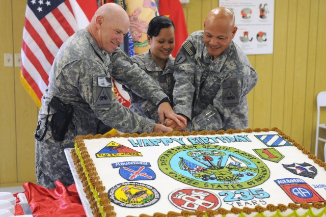 1AD cuts first cake at Army's 235th birthday