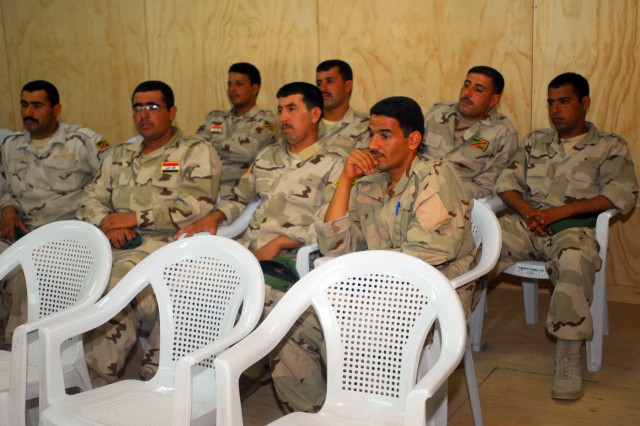 Iraqi soldiers with the 10th Iraqi Army Division's commando battalion learn tactics and techniques for air assault operations from Iraqi leaders at Contingency Operating Station Garryowen, Iraq, June 9.