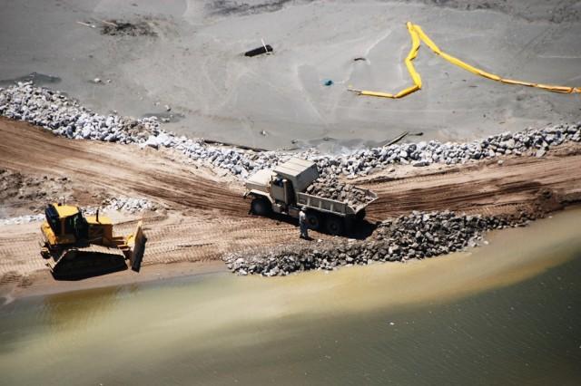 Louisiana Guardsmen reinforce oil protection structures