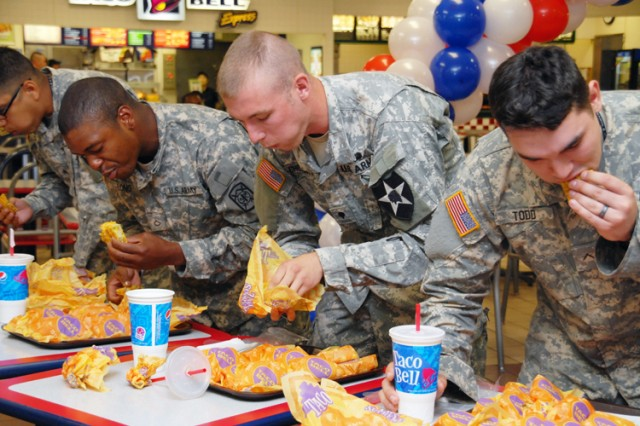 Soldiers gorge on tacos for AAFES gift cards