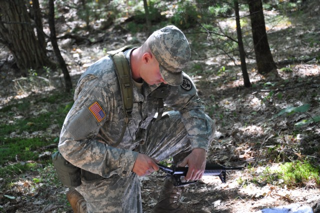 Soldiers from the U.S. Army Institute of Environmental Medicine (USARIEM) and Headquarters Research and Development Detachment (HRDD) train on the Warrior Tasks and Battle Drills at Fort Devens, Mass.