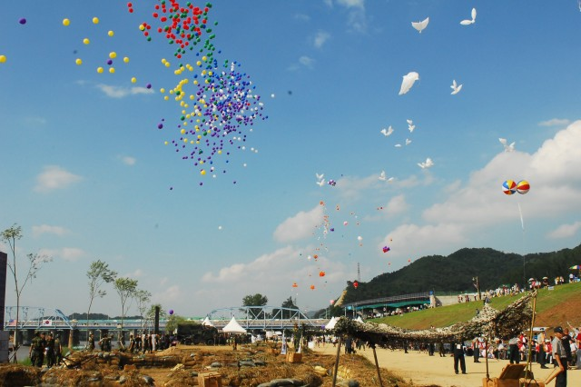 At the end of the 60th anniversary of the Korean War ceremony, the audience as well as the event participants commemorate those who sacrificed their lives for freedom in a celebratory balloon finale, praying for hope and peace.