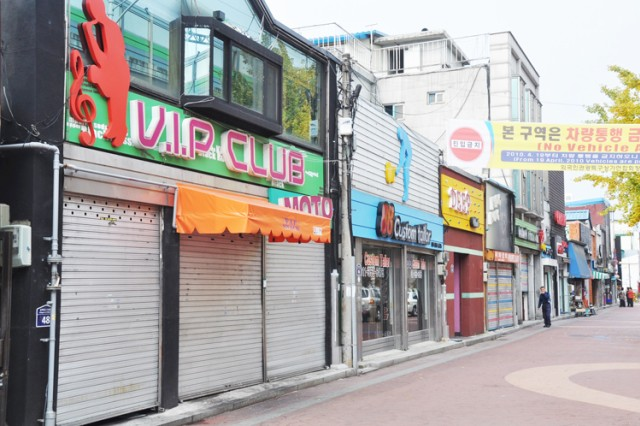 The Dongducheon Entertainment District in Bosan-dong is home to 49 Korean Special Tourist Association businesses that provide off-duty entertainment for Soldiers from nearby Casey Garrison.